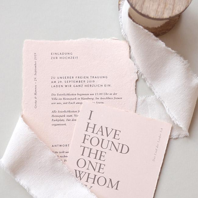 handgeschöpfte Karten als Einladung zur Hochzeit